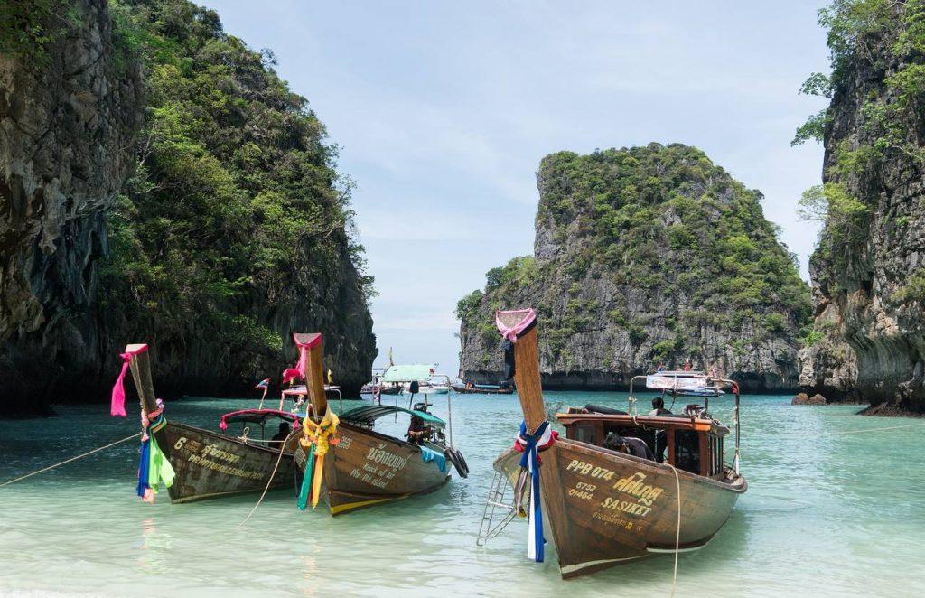 Barcos na ilha de Phuket na Tailândia