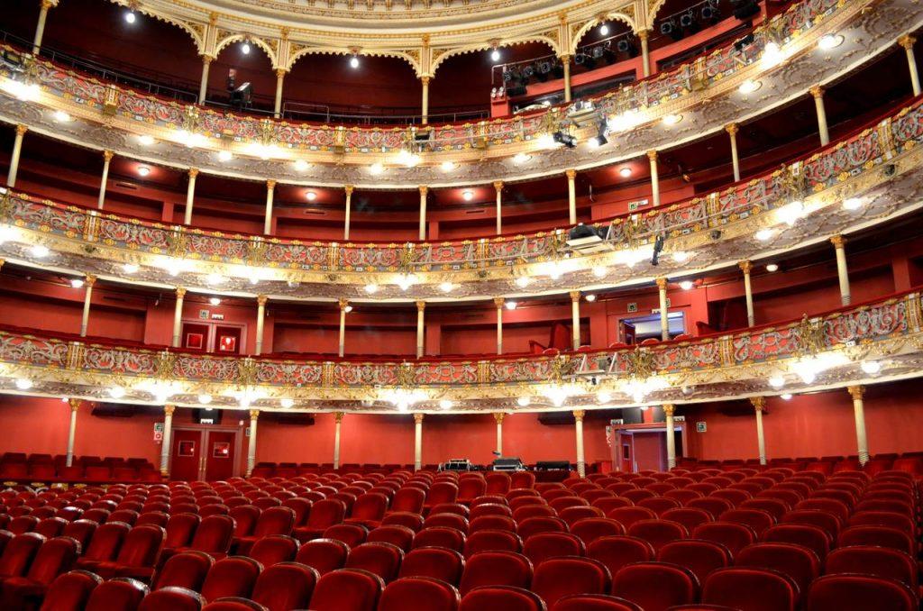 Camarotes do Teatro Arriaga em Bilbau, Espanha, fotografados a partir da plateia_Easy-Resize.com