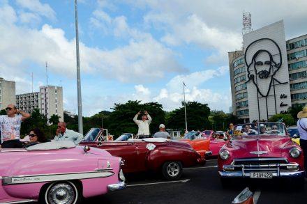 Carros históricos na Praça da Revolução em Cuba. Foto de Cláudia Paiva