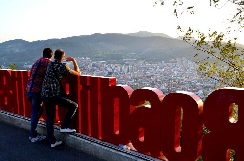 Dois homens observam Bilbau a partir do Miradouro de Artxanda