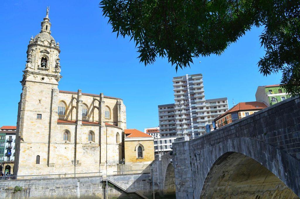 Igreja e Ponte de Santo Antão em Bilbau, Espanha