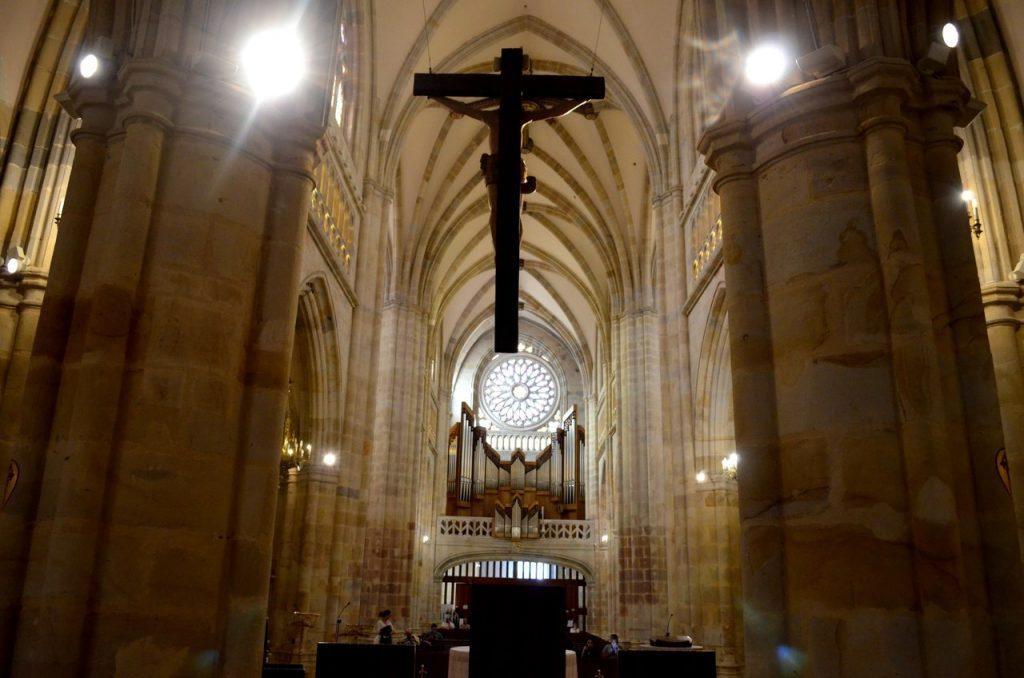 Interior da Basílica de Santiago em Bilbau, Espanha