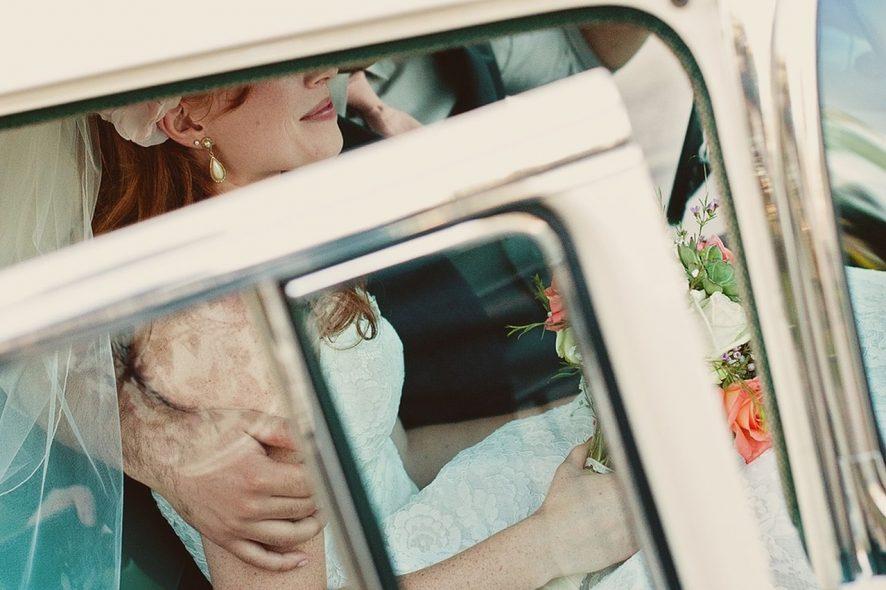 Noivos no carro. Foto de Pixabay