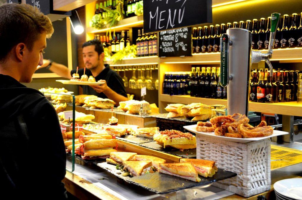 Restaurante no Mercado de la Ribera em Bilbau, Espanha