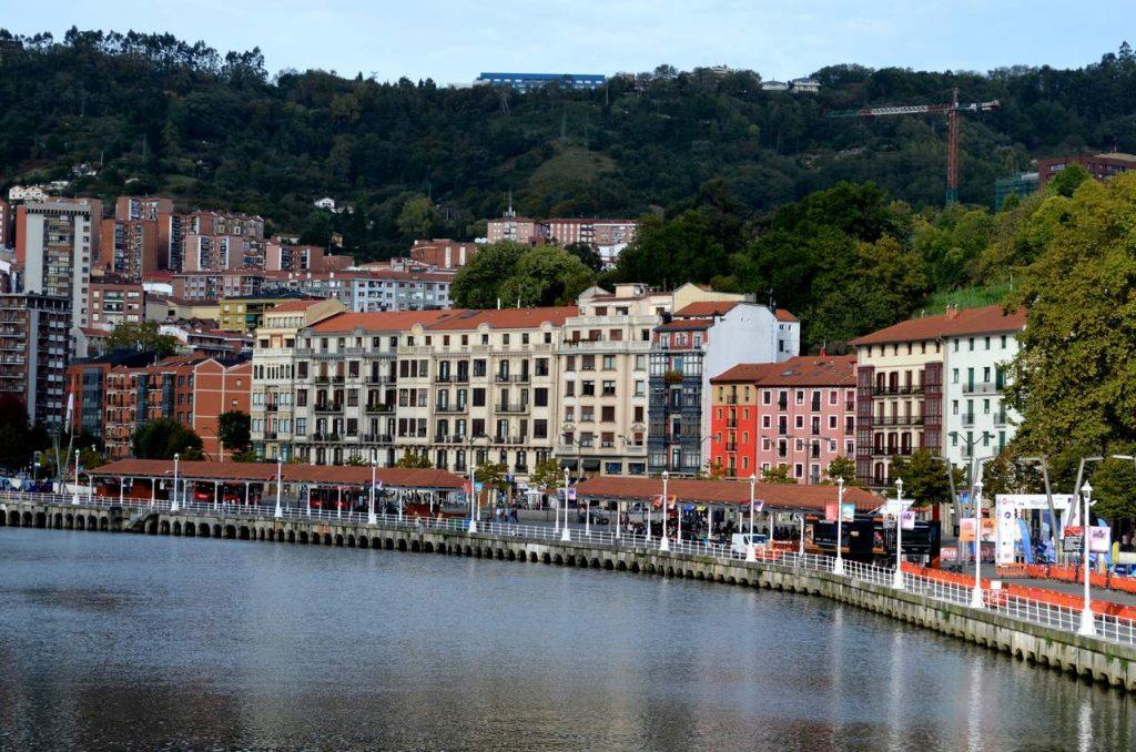 Rio Nervión em Bilbau, Espanha