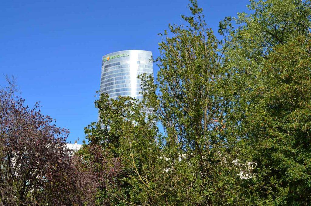 Torre Iberdrola vista a partir do Parque de Doña Casilda em Bilbau, Espanha