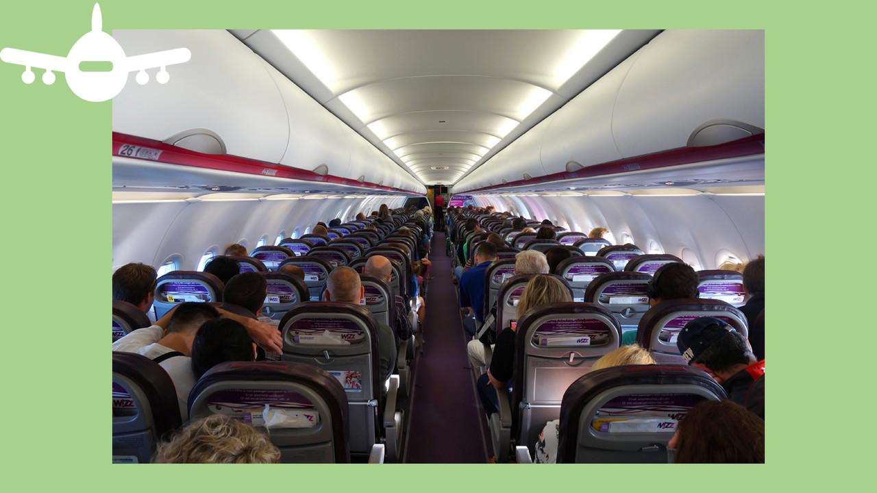 Interior de um Airbus A320 da Wizz Air cheio de passageiros