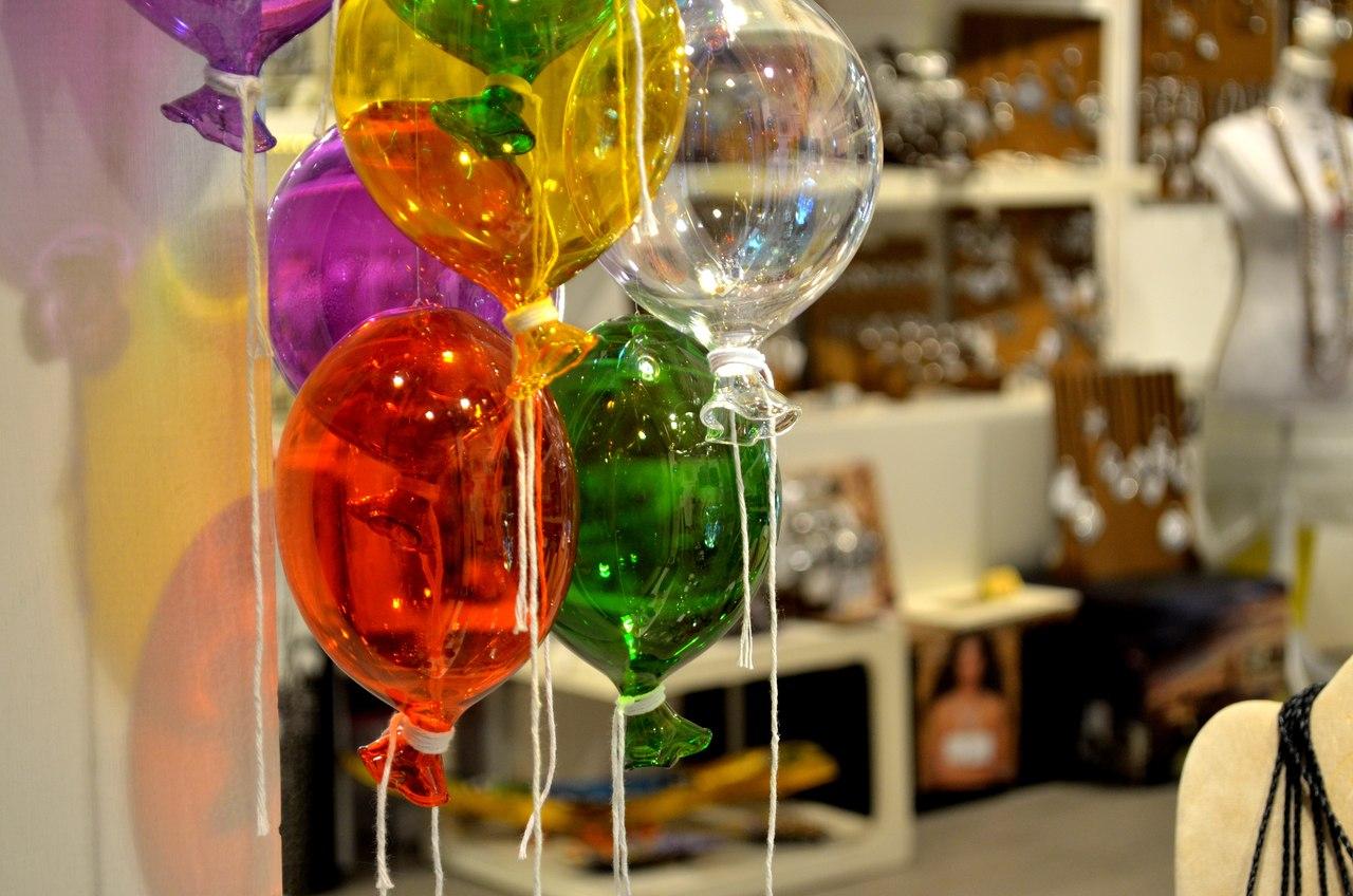 Balões coloridos feitos em vidro de Murano à venda em Veneza
