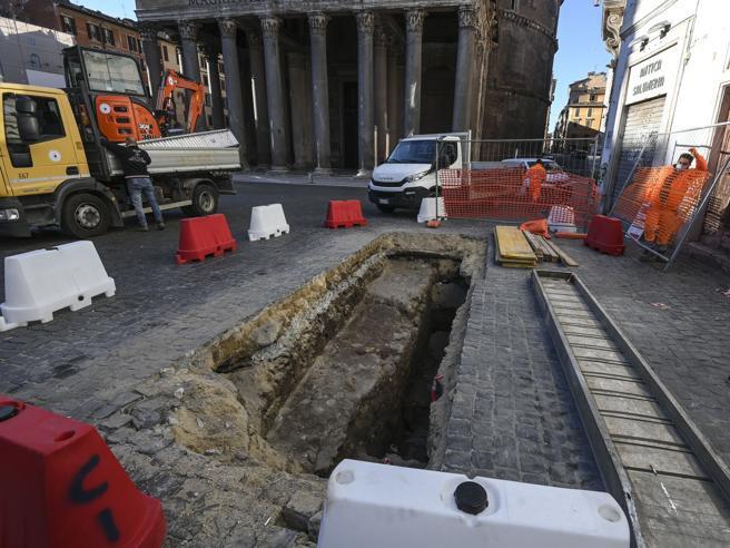 Buraco abre-se em frente ao panteão de Roma
