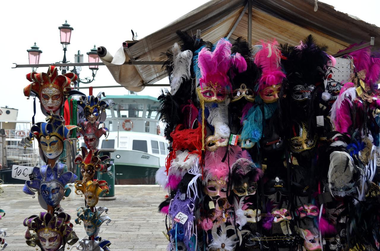 Máscaras do carnaval de Veneza à venda na Riva degli Schiavoni