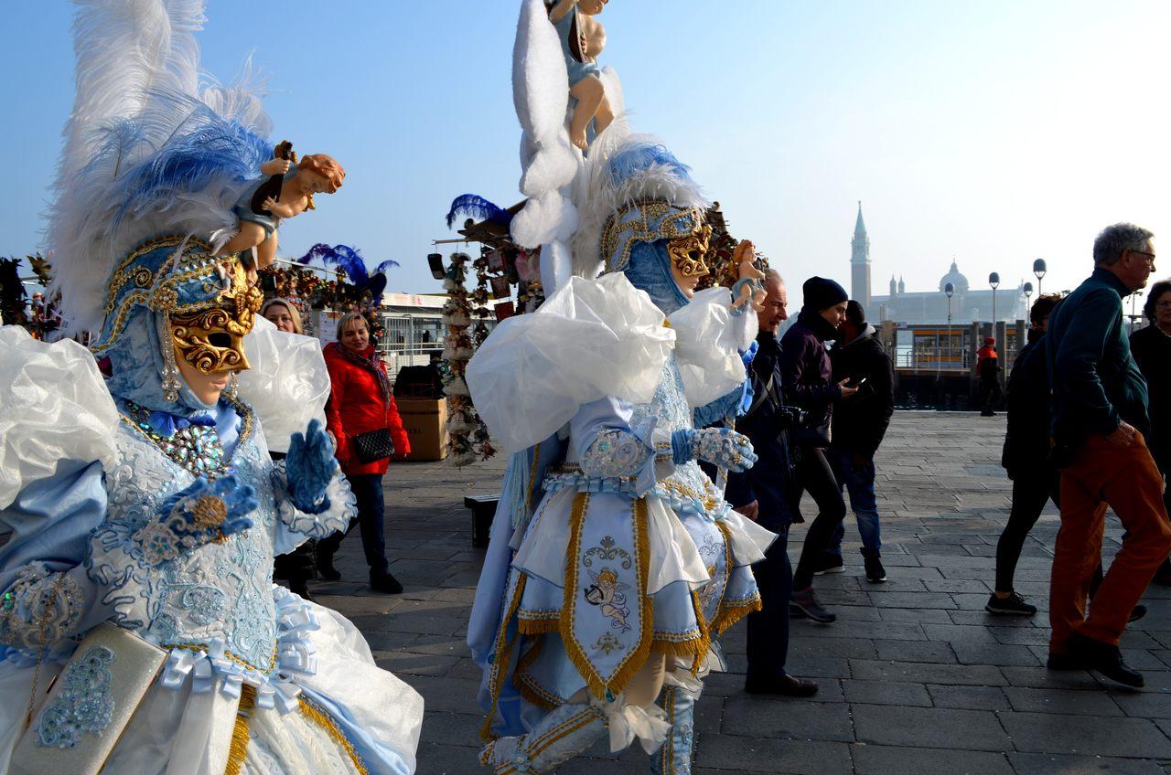 Mascarados na Riva degli Schiavoni durante o carnaval de Veneza