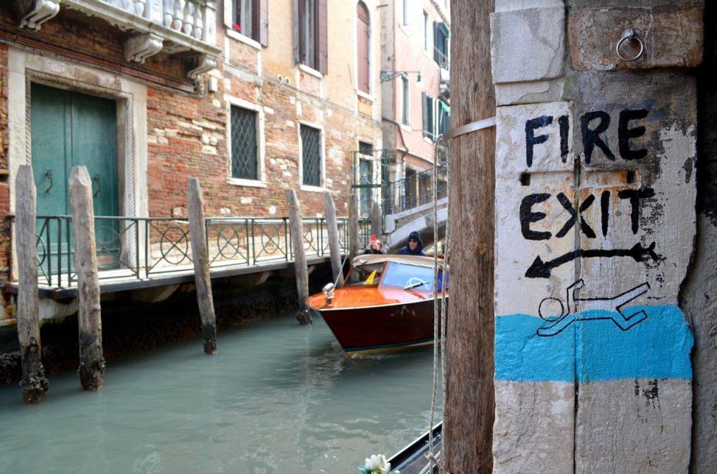 Saída de emergência da Libreria Acqua Alta direta para um dos canais de Veneza