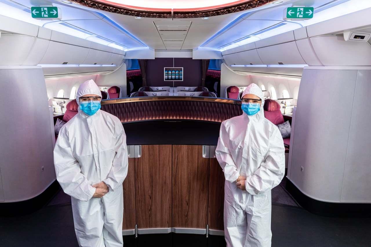 Tripulante da Qatar Airways veste uniforme que tapa completamente o corpo 2