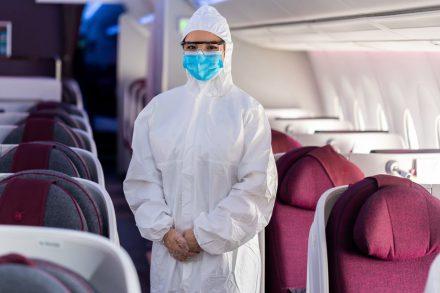 Tripulante da Qatar Airways veste uniforme que tapa completamente o corpo