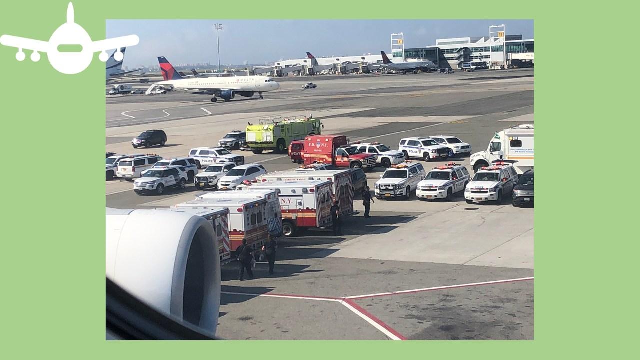 Vários veículos de emergência esperam A380 da Emirates com passageiros de quarentena