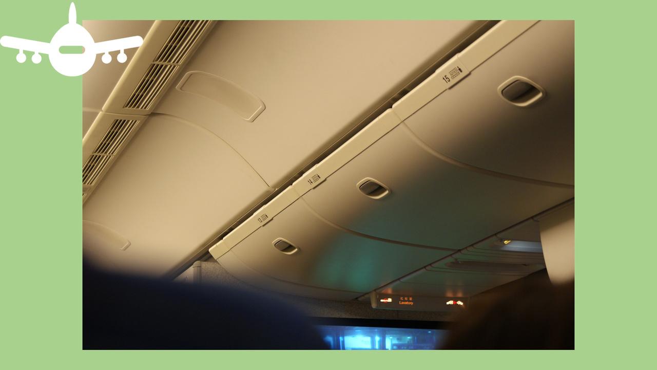 bagageiras de avião dentro da cabine. Foto de Pixabay