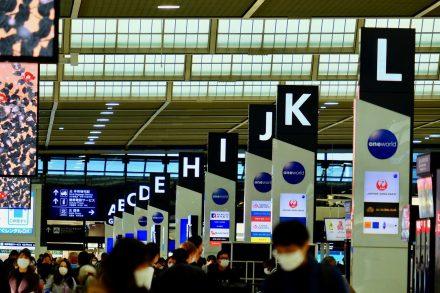Vários passageiros usam máscaras para se protegerem do coronavírus num aeroporto. Foto de Pixabay