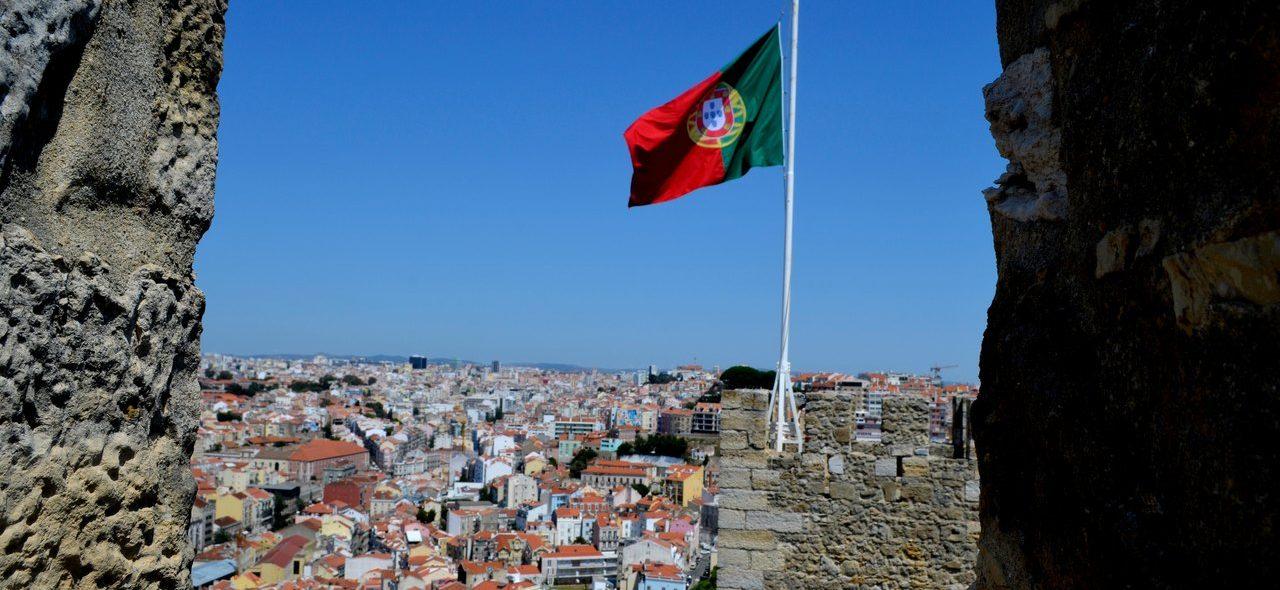 Bandeira de portugal hasteada no Castelo de São Jorge em Lisboa 2
