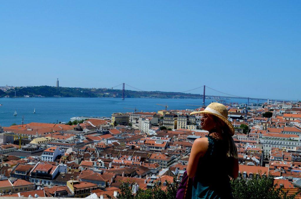Turista observa Lisboa a partir do Castelo de São Jorge