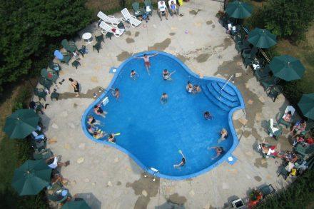 Vista aérea de piscina. Foto de Pixabay