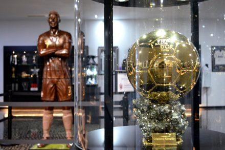 Bola de ouro de 2014 ganha por Cristiano Ronaldo com estátuda de chocolate em fundo no CR7 Museu na Madeira