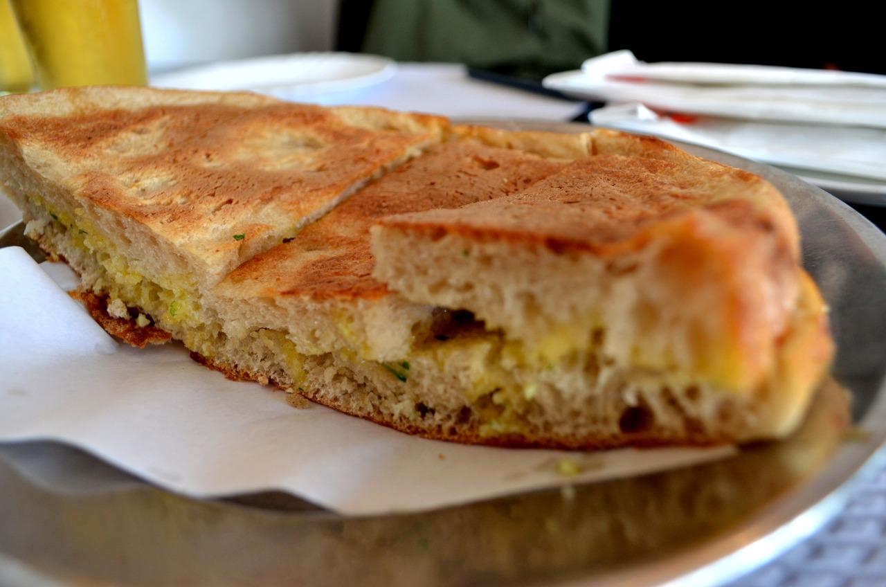 Bolo do Caco com manteiga de alho servido no restaurante Muralha's na Madeira