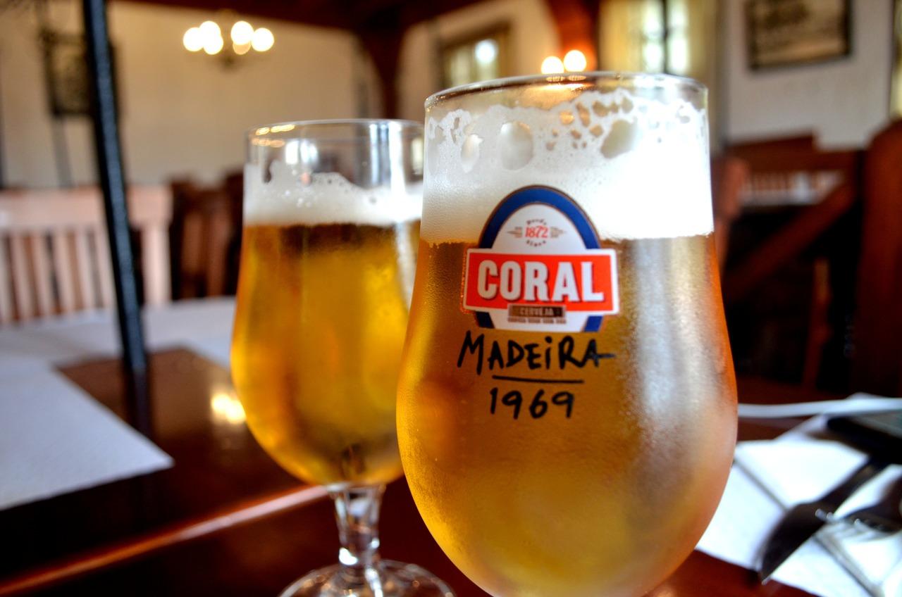 Duas imperiais de cerveja Coral servidas no restaurante As Vides na Madeira