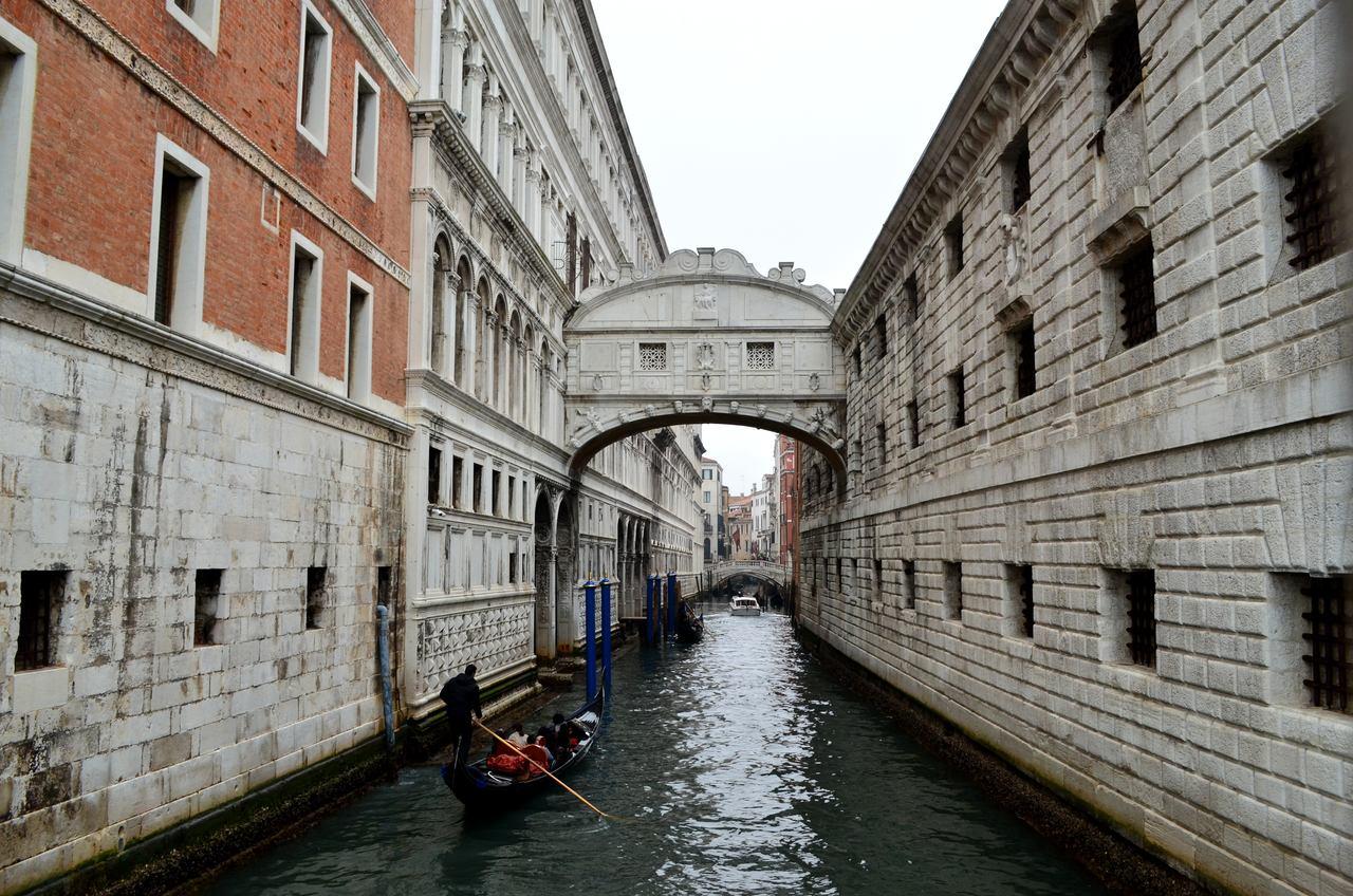 Gôndolas passam por baixo da Ponte di Rialto em Veneza