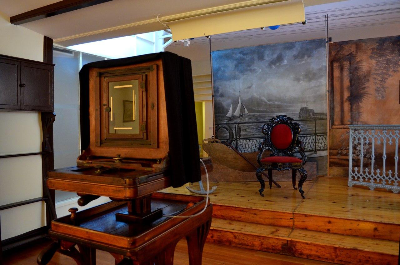 Máquina fotográfica e cenários no Museu de Fotografia da Madeira no Funchal