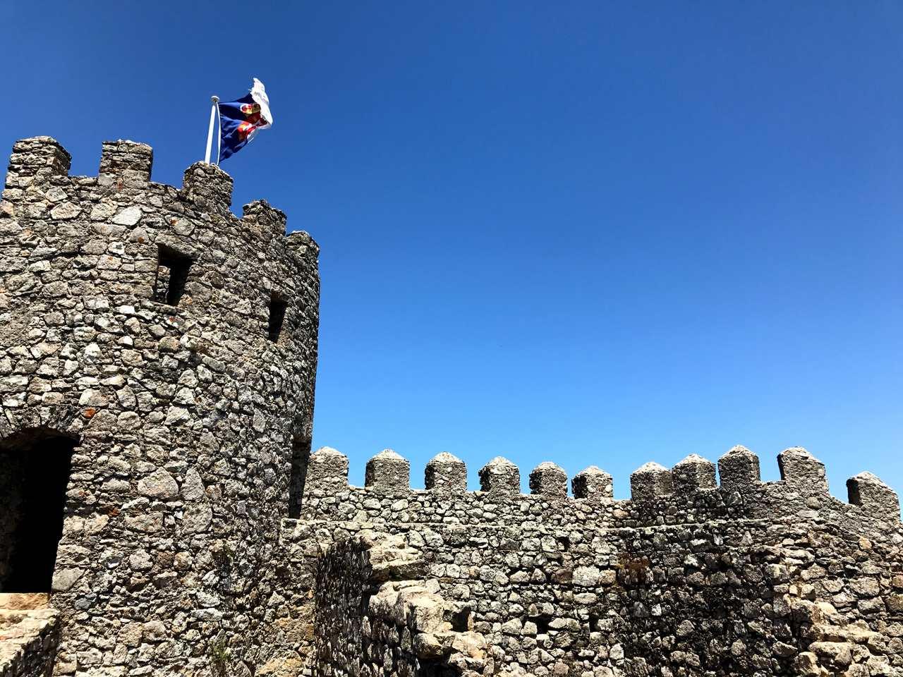 Bandeira da monarquia Portuguesa hasteada no Castelo dos Mouros em Sintra