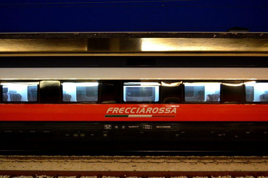 Comboio na estação de Veneza S Lucia Trenitalia Frecciarossa 2