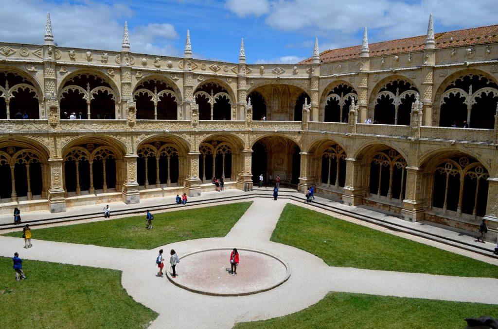 Pateo interior do Mosteiro dos Jerónimos em Lisboa