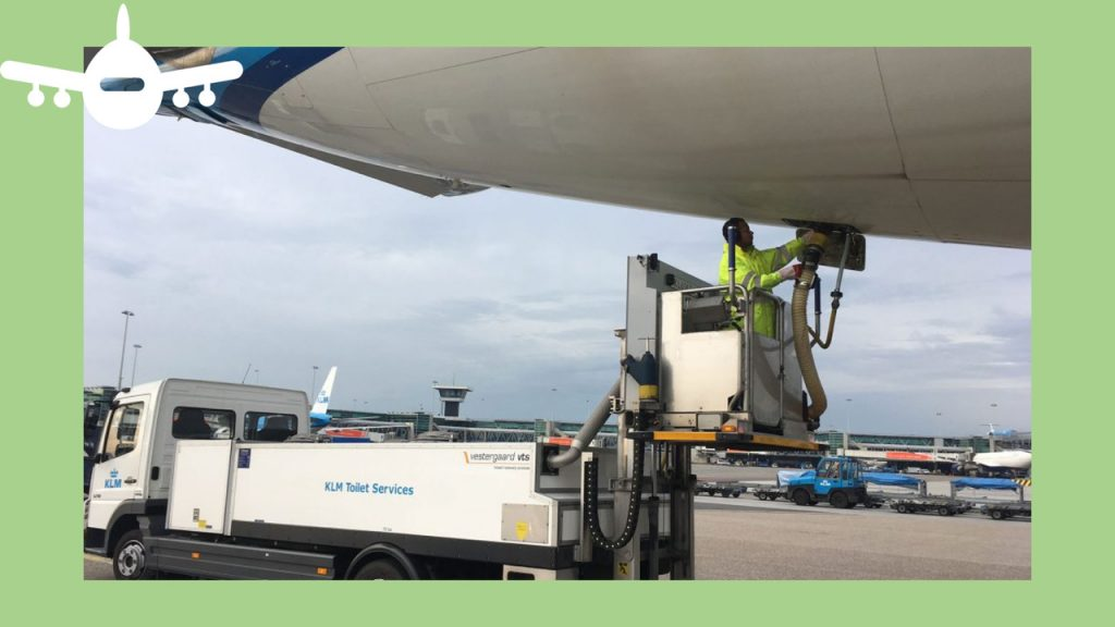 Funcionário da KLM extrai dejetos das casas de banho de um avião comercial