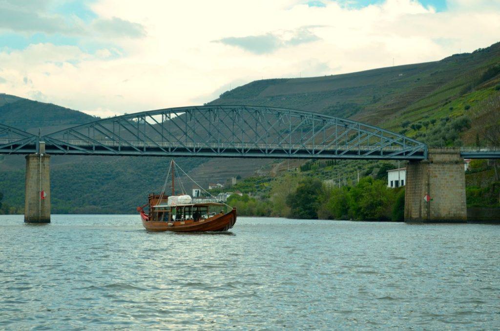 Barco Rabelo navega no Douro