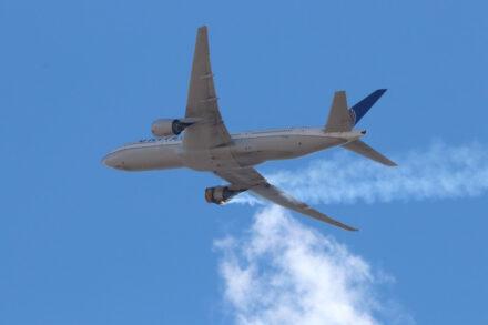 Boeing 777 com motor em chamas pouco depois de ter descolado do aeroporto de Denver