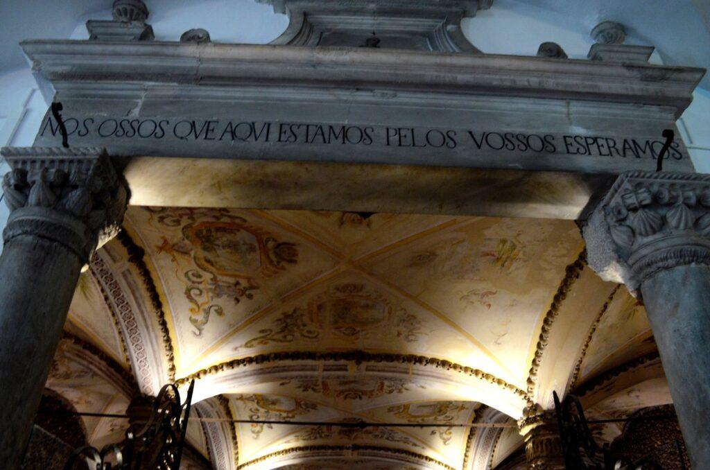 Entrada da Capela dos Ossos de Évora com a frase Nós ossos que aqui estamos pelos vossos esperamos