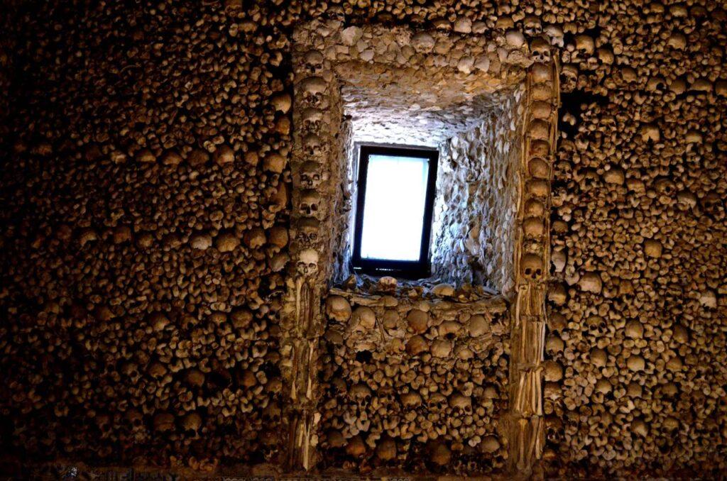 Janela dentro da Capela dos Ossos em Évora