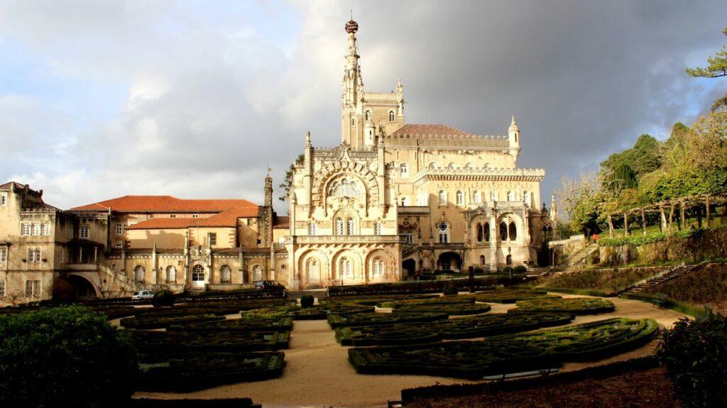 Jardins e fachada do Palace Hotel do Bussaco, no Luso. Foto de Cláudia Paiva