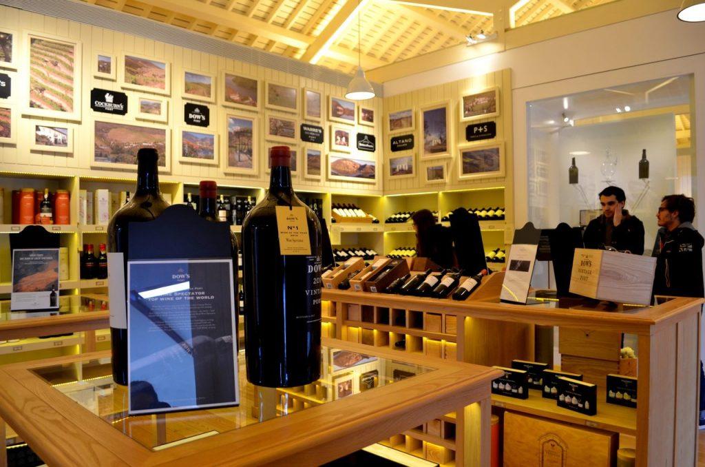 Loja da Quinta do Bomfim com vários vinhos à venda