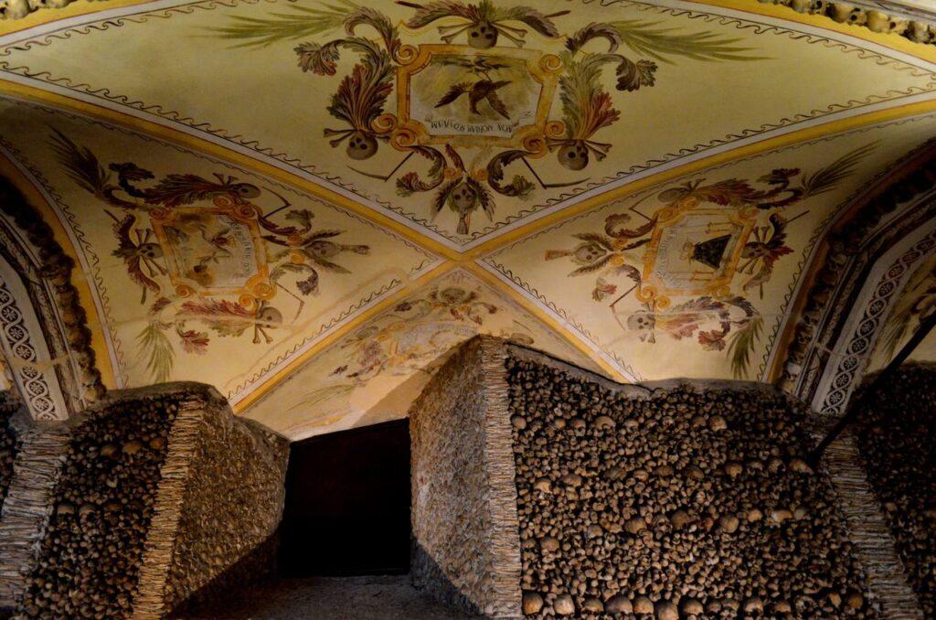 Teto e parede da Capela dos Ossos em Évora