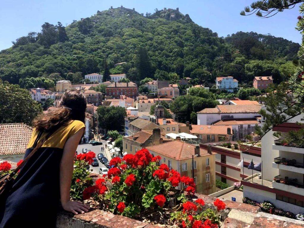 Vila de Sintra a ser observada por uma bonita rapariga
