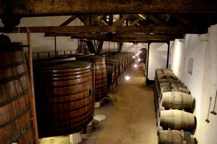 Vinho envelhece em pipas na Quinta do Bomfim Douro