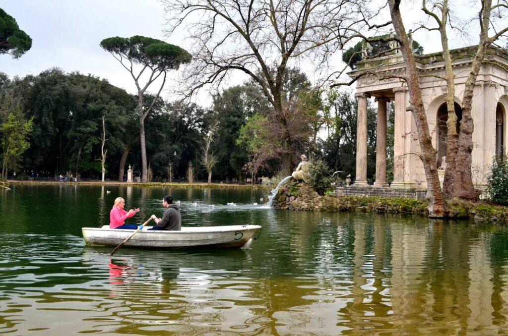Barco com dois turistas no lago dos Jardins da Villa Borghese em Roma Itália