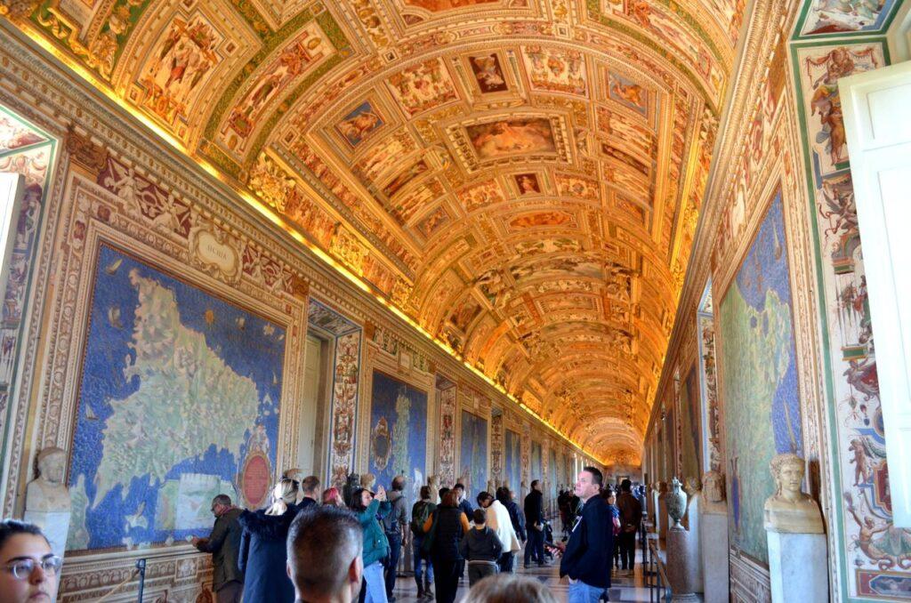 Corredor do Museu do Vaticano em Roma Itália