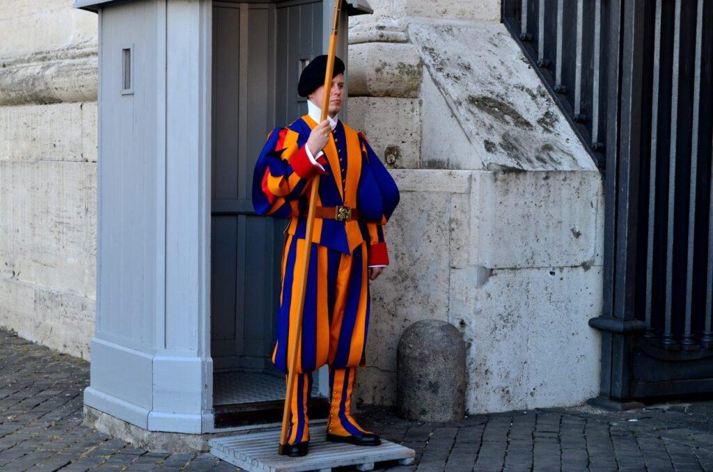 Elemento da guarda Suíça do Vaticano de sentinela Roma Itália