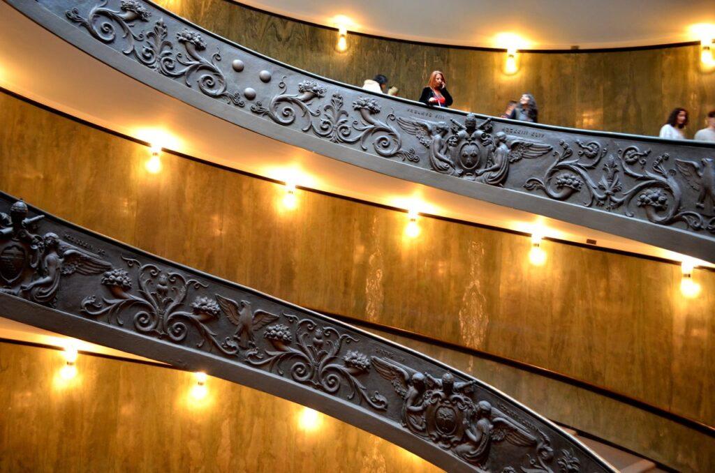 Escadaria dos museus do Vaticano em Roma Itália