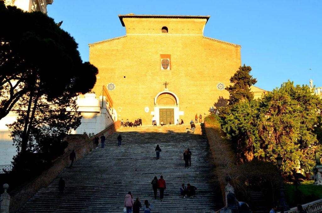Escadaria e fachada da Igreja de Santa Maria in Aracoeli em Roma Itália