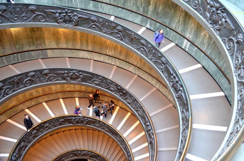 Escadaria em caracol dos Museus do Vaticano fotografada a partir do topo Roma Itália