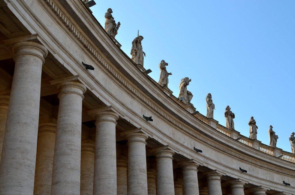 Esculturas na Praça de São Pedro Roma Itália