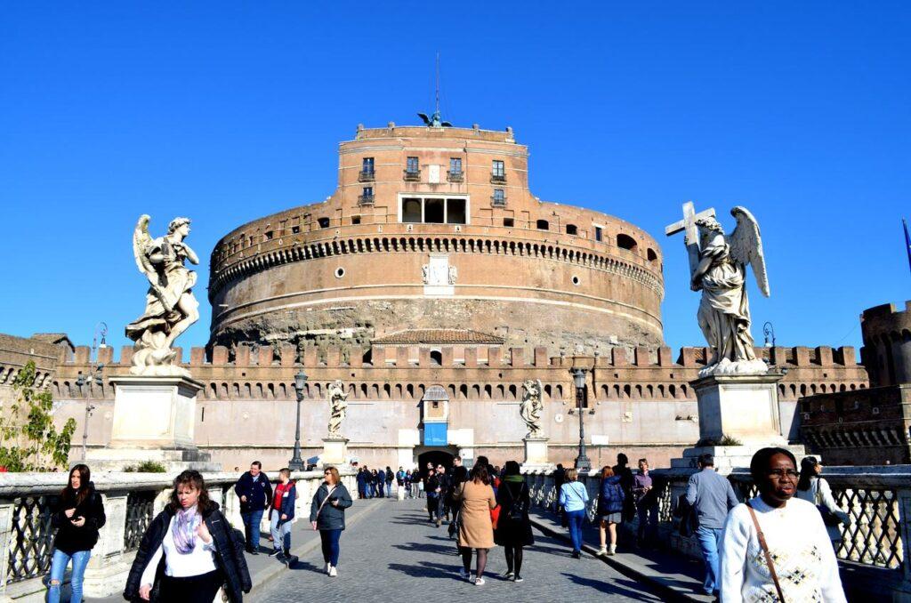 Fachada do Castelo de Sant Angelo a partir da ponte Roma Itália